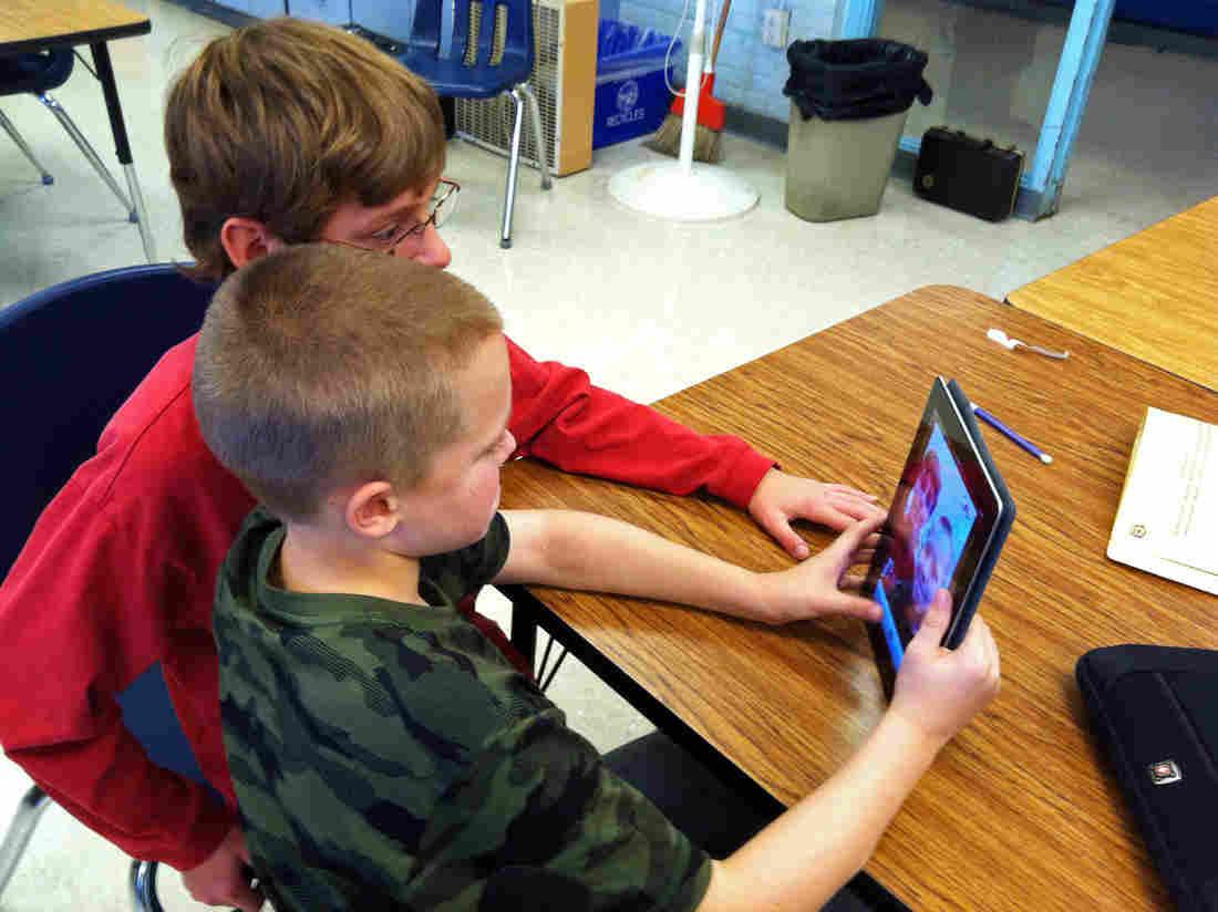Ce li se pregătește elevilor? Interzicera consumului de smartphone la ore și a jocurilor de noroc în afara școlii